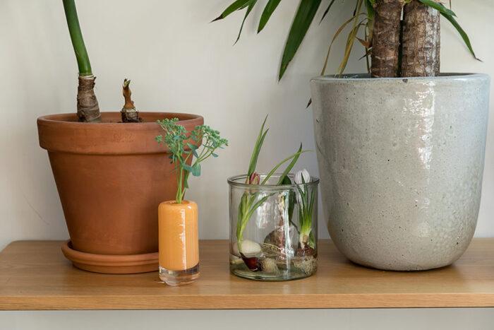 オレンジのガラスのフラワーベースは『Henry Dean』。