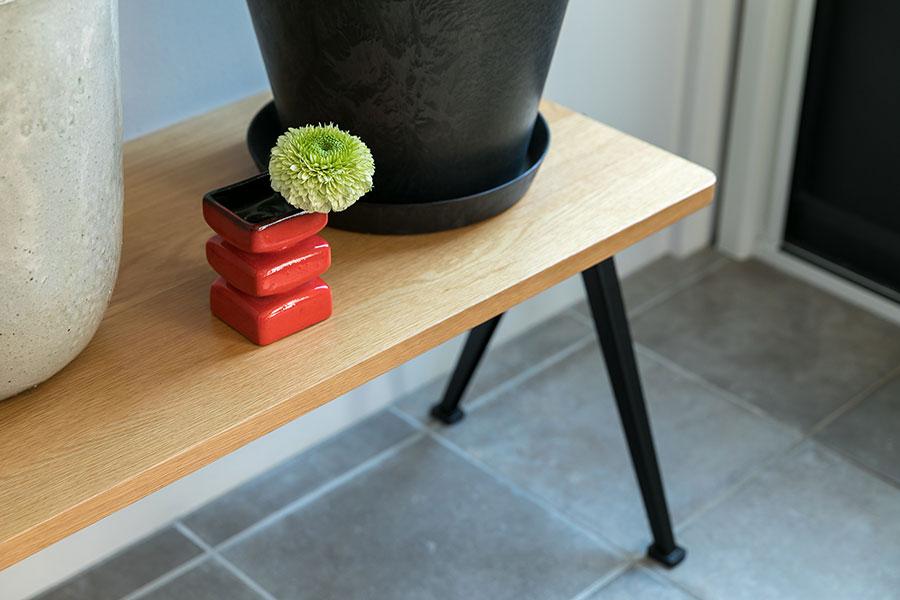 ベルギーのヴィンテージの花瓶に一輪。