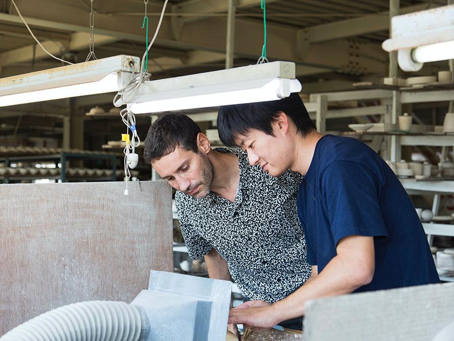 有田町に訪れ、地元の窯元と協働でつくり上げた。 Photo by Kenta Hasegawa