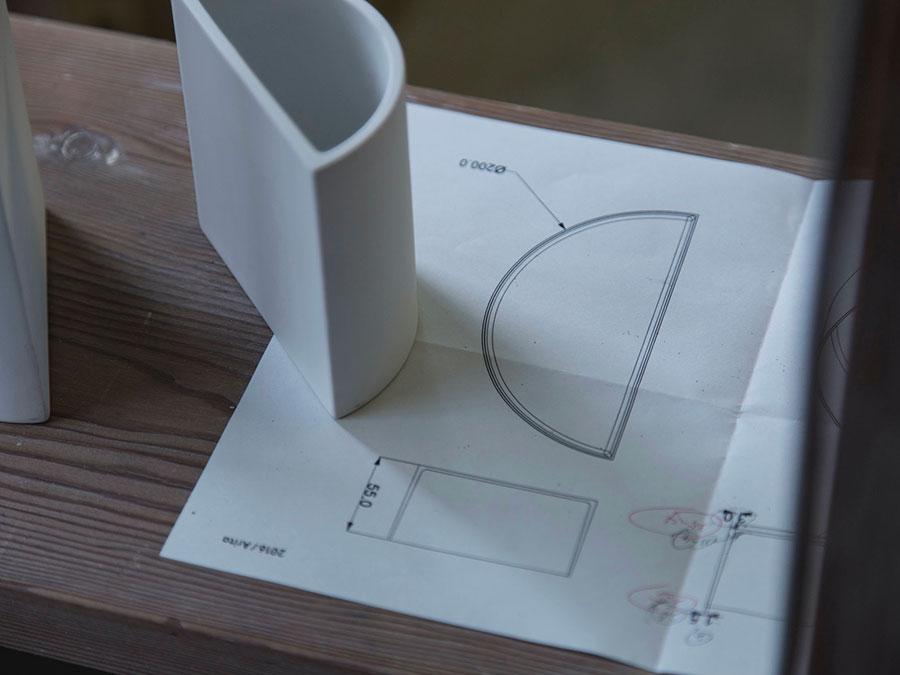 ハーフプレートと同じスケールでフラワーベースも制作された。 Photo by Kenta Hasegawa