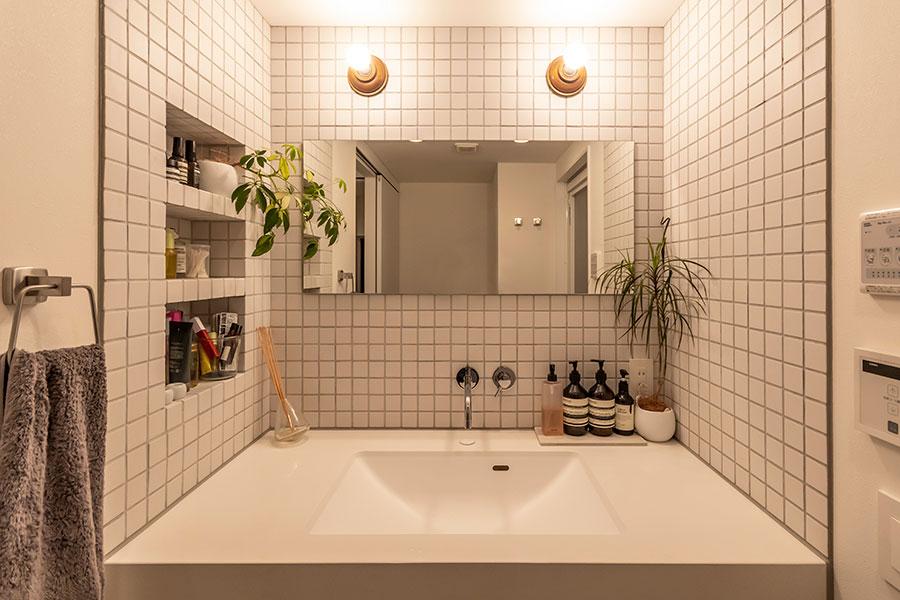 白タイルと白壁でシンプルにまとめた洗面台。
