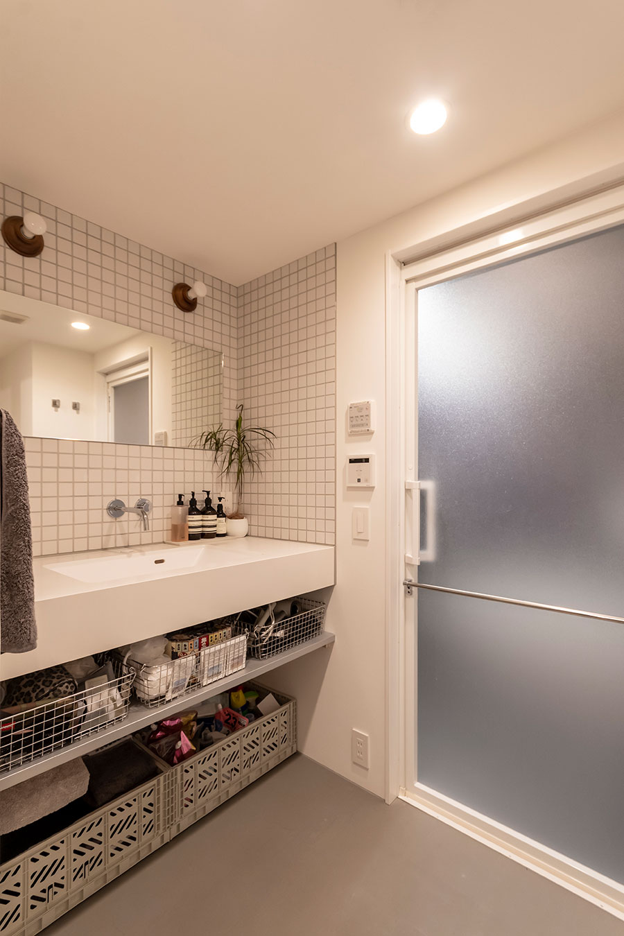 洗面下は扉を付けず取り出しやすい収納棚に。