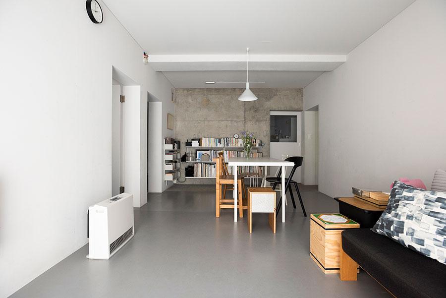 静謐な空気感が漂うモノトーンの空間。壁は一面だけ躯体を現し、他の壁面と床、天井にはラワン合板を張って塗装を施した。