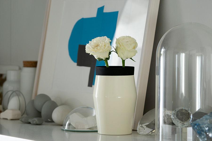 シューズボックスの上はディスプレイスペースに。夫や友人のアーティストのコラージュ作品などを飾る。