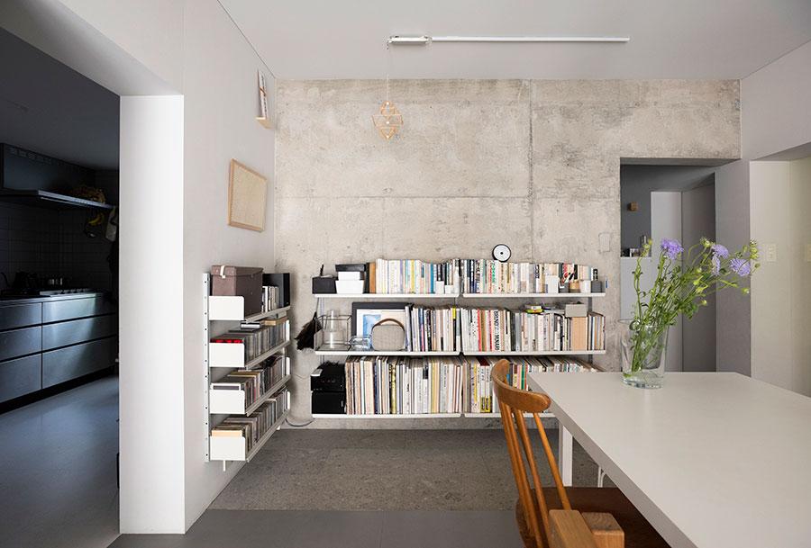 ディーター・ラムスがデザインしたヴィツゥ社の「606 ユニバーサル・シェルビング・システム」に、本やCDを一括に。床から浮きあがっているデザインが軽やか。掃除もしやすい。