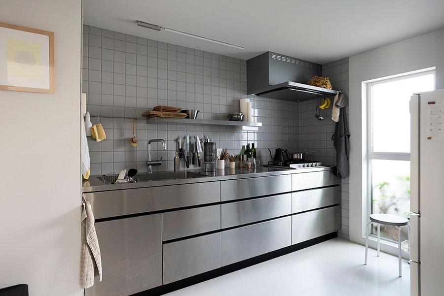 ステンレスのキッチン台にLED蛍光灯。機能的で美しい、独立したキッチン。床にはPタイルを使用。