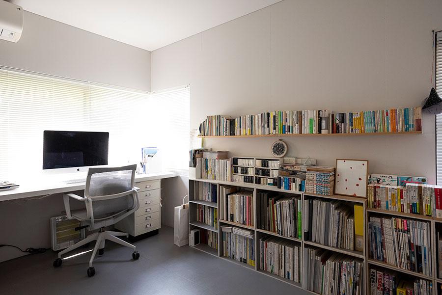 葉田さんのワークスペース。自由に組み合わせられるボックスを重ねた本棚も、夫が制作。