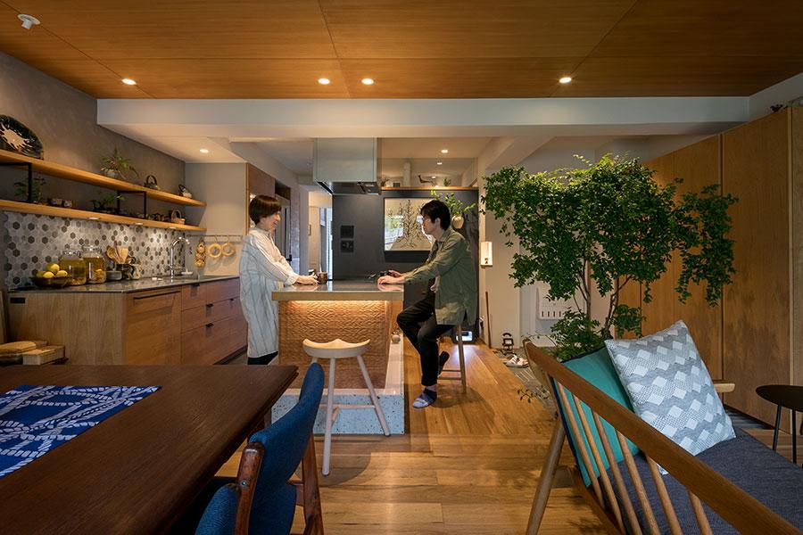 アイランドキッチンは名栗加工のアルダー材と大谷石。天板はバイブレーション仕上げに。「なるべくキッチン家電が見えないように工夫しました」