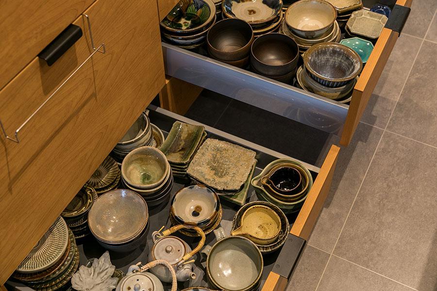 お気に入りの器や鍋類をたっぷり収納できる。食洗機の他、バイオ生ゴミ処理機もビルトイン。