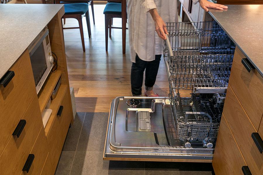 鍋やワイングラスも洗えるASKOの大型の食洗機。「この食洗機が我が家のリノベーションの設計をしてくださった『ハンズデザイン』に出会うきっかけになりました」
