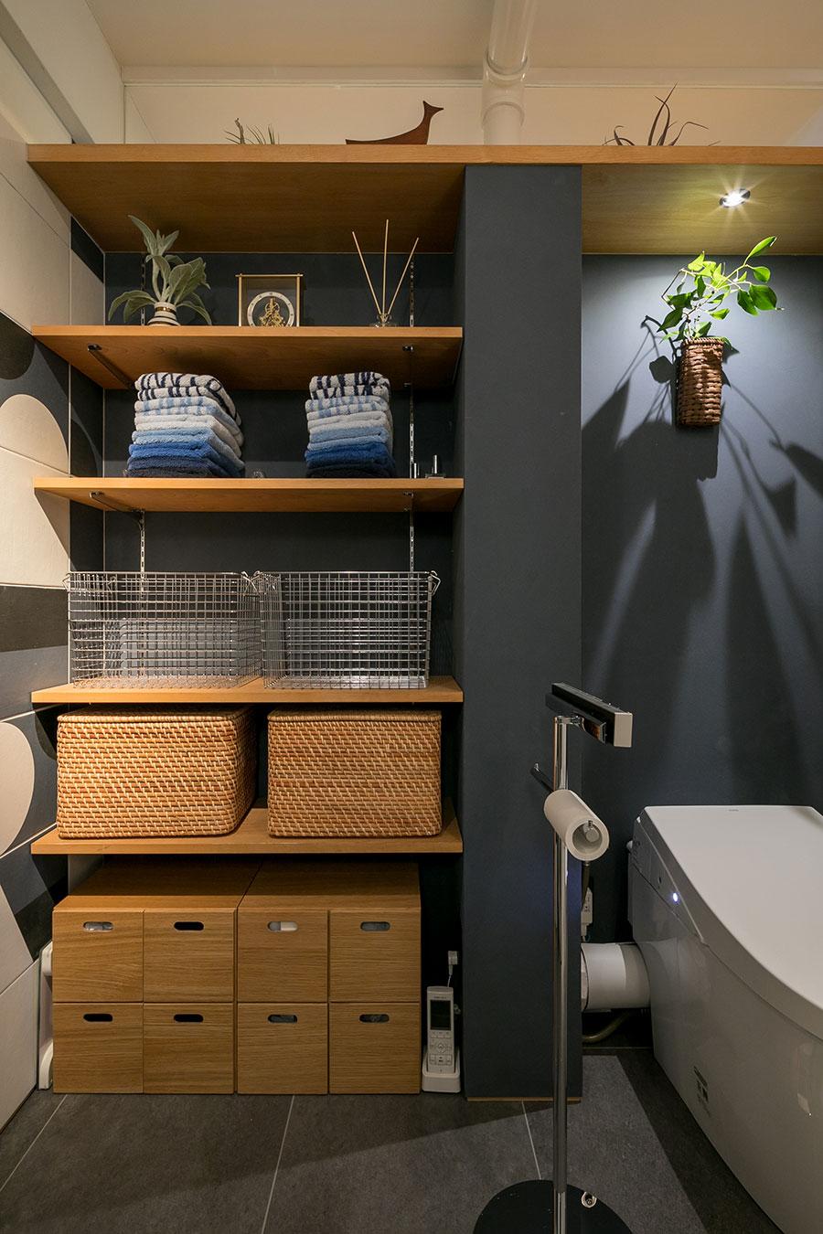 カゴを使った脱衣所の収納。トイレのスティックリモコンがさりげなく空間を分けている。