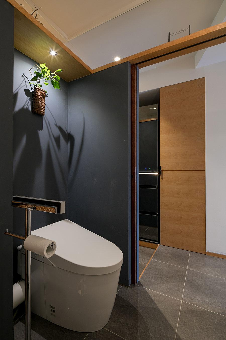 扉は引き戸。廊下と同じタイルを使い、空間に広がりを。