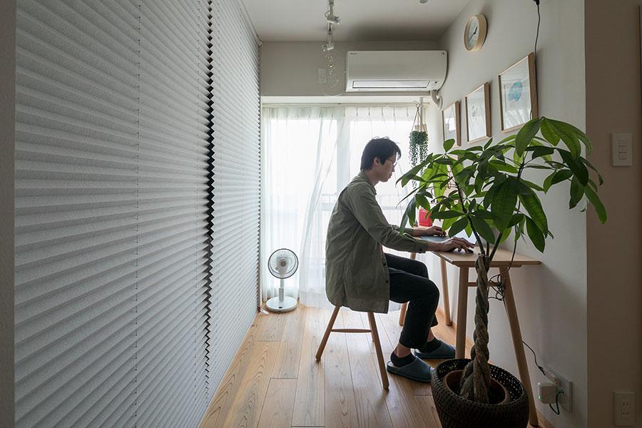 リモートワークが増え、大活躍となった書斎スペース。「奥行きのないテーブルを『アクタス』で見つけました」