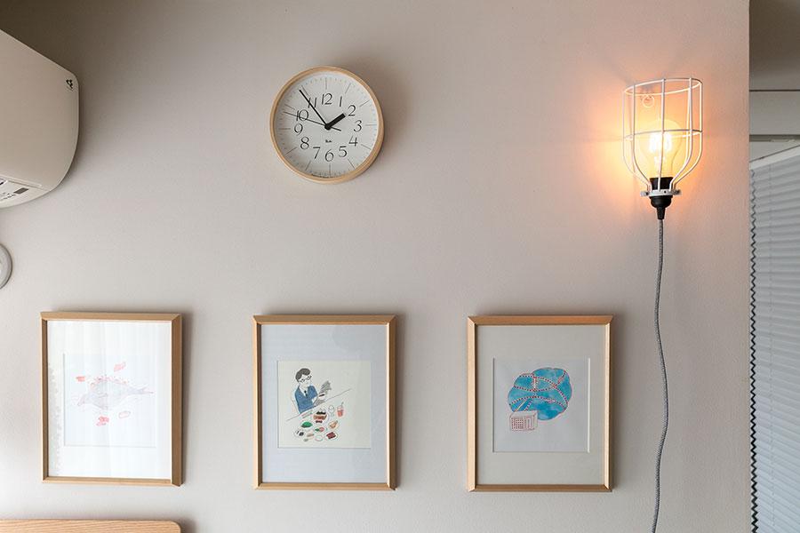 壁にライトをかけてアクセントに。