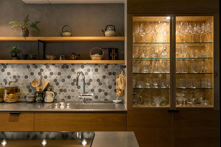 「食器棚には光を透過するガラスの器をメインに収納して、キラキラ輝く器の美しさを楽しんでいます」