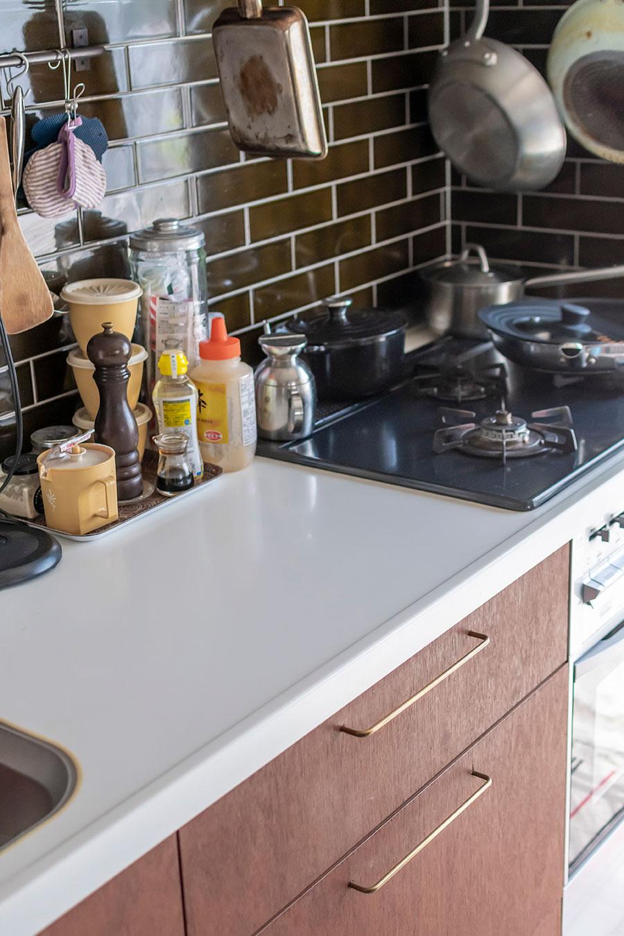 真鍮の取手などはオランダのキッチンをイメージ。
