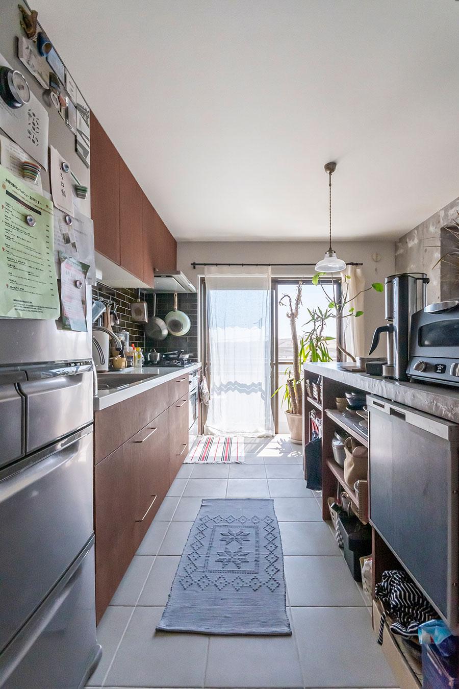 食洗機やオーブンも備えた収納たっぷりのキッチンカウンター。