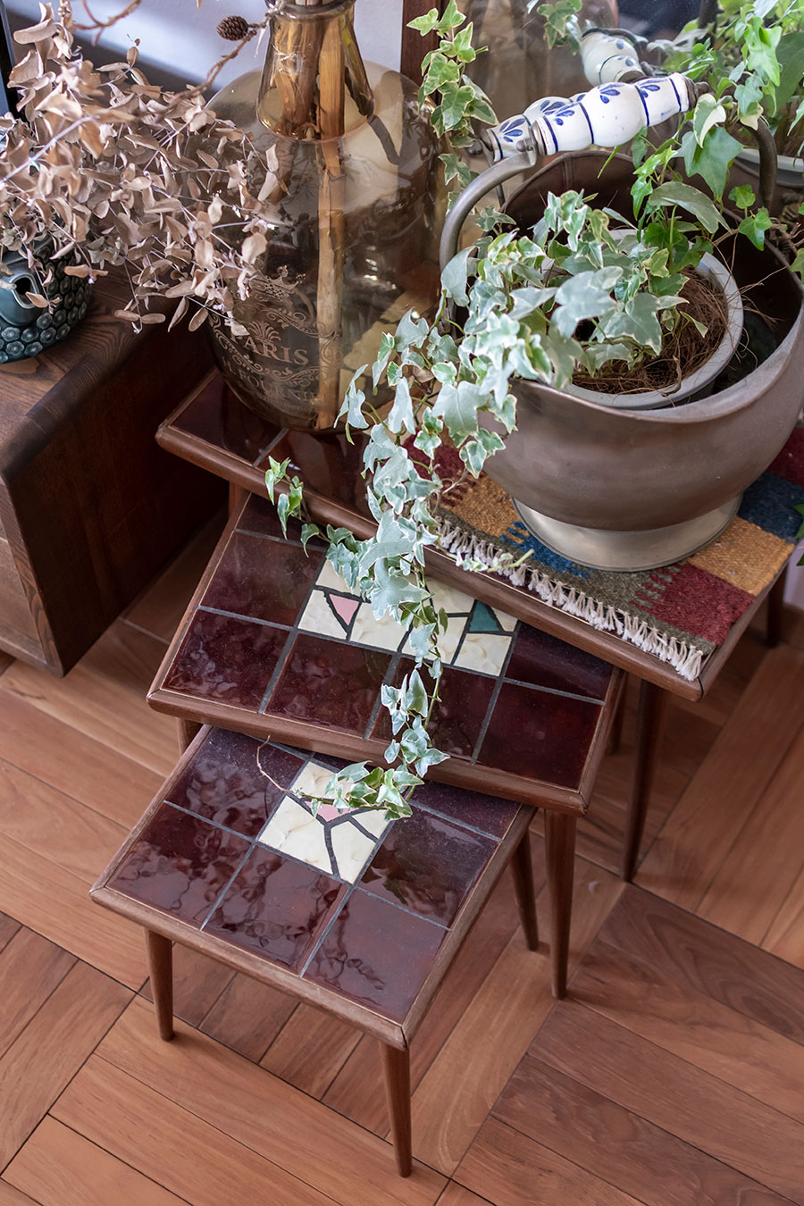 タイル装飾の施されたネストテーブル。