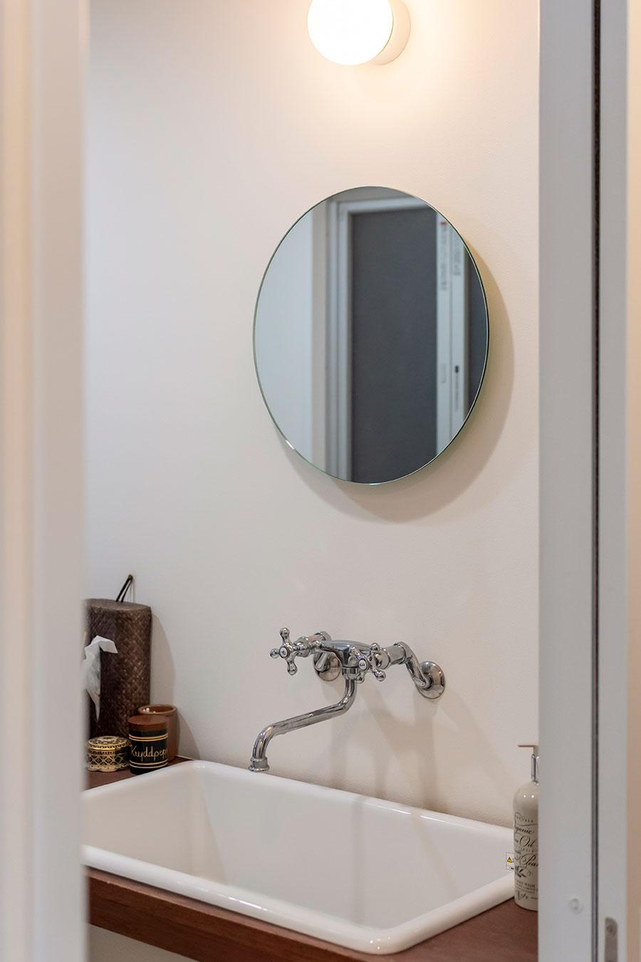 洗面台には陶器のボウルと丸型の鏡を。