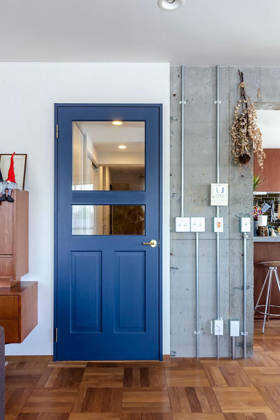 ブルーに塗装したドアは「岡﨑製材」のもの。