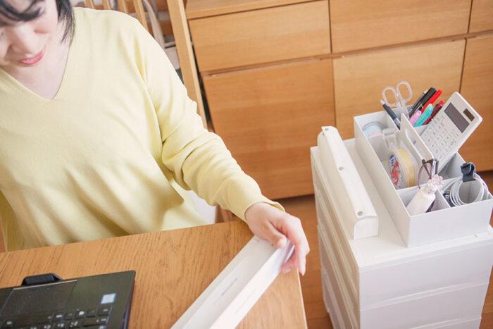 仕事をするときにはキャスター付き収納ケースを移動。よく使うスキャナーもケースの上に。