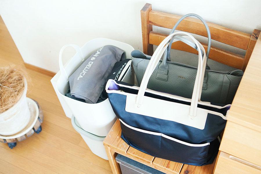 置き場に困る日常使いのバッグは、長く愛用している「SAZABY」のイスを指定席にして解決。イスの下のボックスにはカップ麺などを収めている。