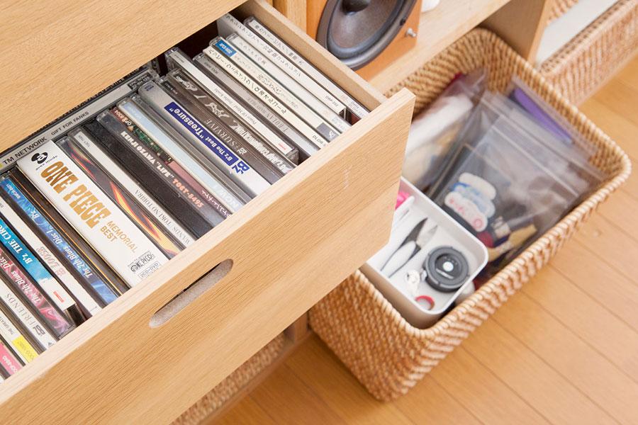 引出しにはCDを。ソーイングセットはカゴごと取り出せて便利。