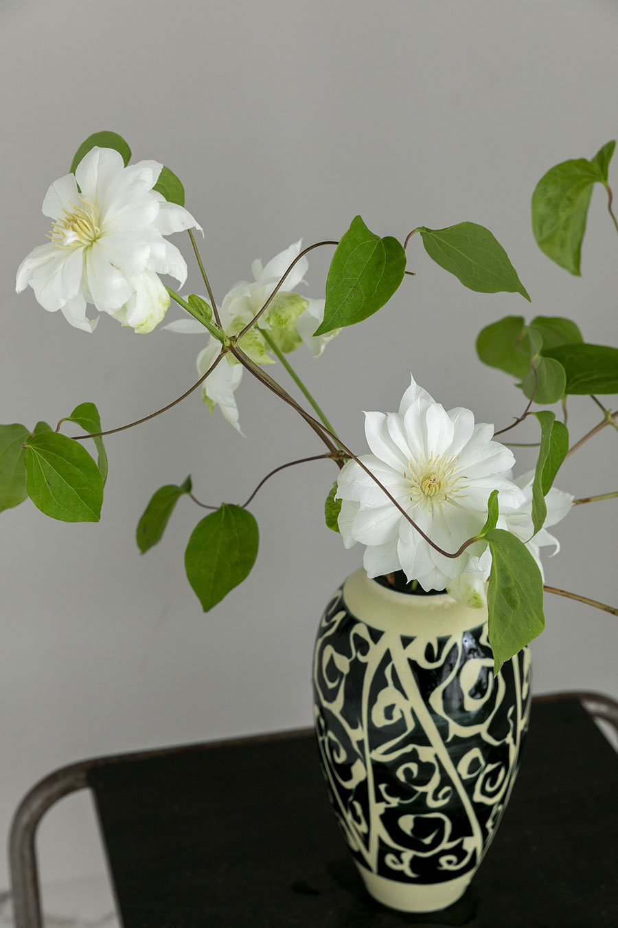 存在感のある花瓶に、クレマチスを生ける。