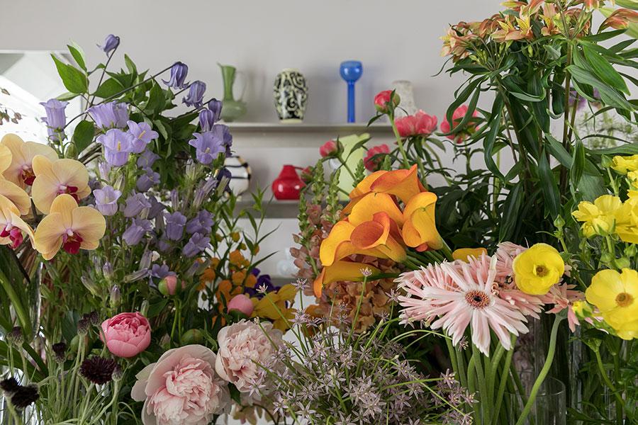 「飾りたいと思ったお花を選んでください」。若井さんが早朝から市場を歩いて、丁寧に選んだ花たちが並ぶ。お花を日常的に飾る人が増えたらいいなと思っています」