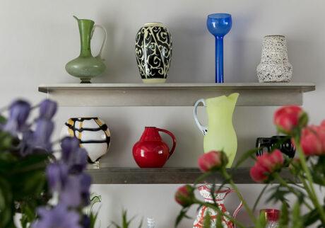 花器の存在感を楽しむ個性的な花瓶で空間をデザインするように飾る
