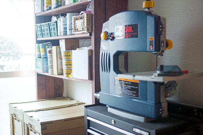入居前に「クラディ」にサポートを受けながら、部屋のリノベーションができる賃貸マンション「本多マンション」。その一室にある「クラディ」のスタジオには、様々なDIY機器やグッズが並ぶ。棚の下段の「OLD WOOD WAX」は今回、使用しているもの。
