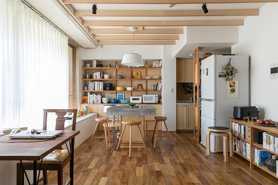 リビング・ダイニングに設置された『ミングル』。料理をしない時はテーブルとしても使える。キッチンというよりテーブルが置かれているよう。複数のコンロが必要になる料理をする場合は、右奥に見えるキッチンを使う。