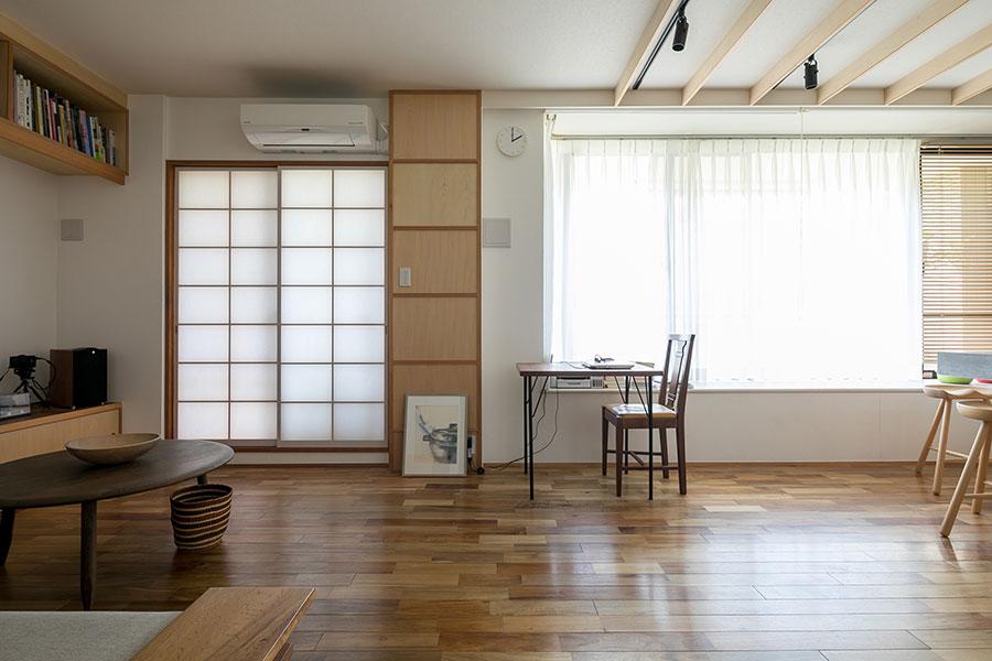 床材を統一する一方で、天井に木材を入れることで、リビングとダイニングを視覚的に分けた。また木材を入れたことで空間に温かみを演出。