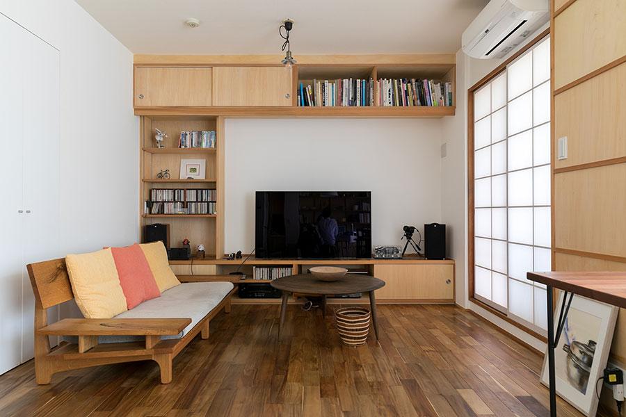 『ミングル』があるダイニングが有賀さんの空間と言うならば、リビングは夫の空間。棚には夫の趣味のものなどが並ぶ。