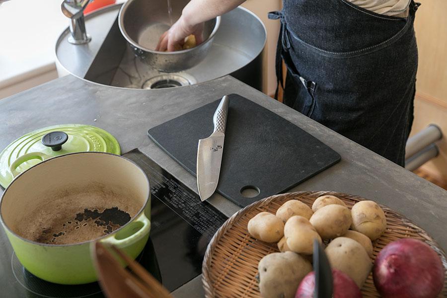 1カ所で『切る・焼く・洗う』をこなす。これなら料理をする人が中座せず、家族団らんの時間を共有できる。木材の天板にはモールテックスが塗られている。