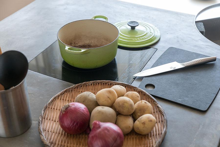 IHコンロにしたことでフラットなテーブルに。掃除が楽だというだけでなく、食事以外の時間には、資料を広げ作業スペースとして活用もできる。