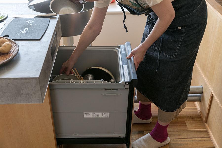 食後は洗い場で軽くすすいだら足元にある食洗機に入れるだけ。