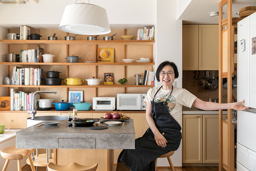 「冷蔵庫から調味料が欲しいなと思ったら立たずに取れますよ」と有賀さん。食事で必要なものは手の届く範囲にあるのも工夫のひとつ。