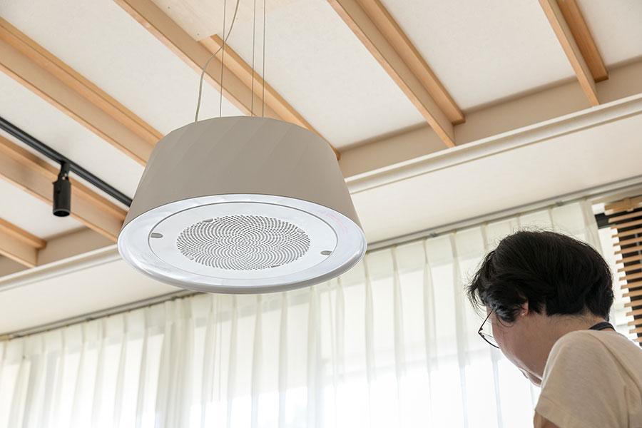 『ミングル』の上に設置された換気扇付き照明。ちょっとした焼き物や温めたりする程度ならこれで十分だという。