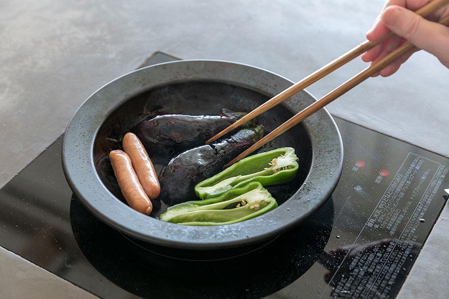 「みんなでビールを飲みながら焼いて食べたら美味しいですよ」と笑顔で話す有賀さん。料理をしながら、食べながら、片付けながらの時間を共有できる。