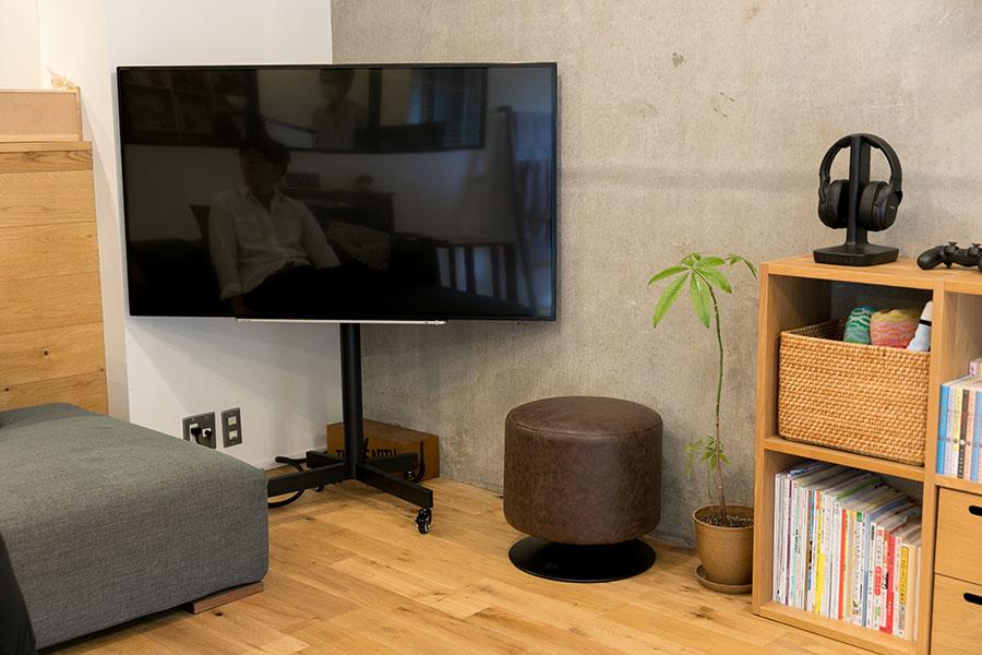 テレビはキャスターつきのスタンドで移動できるようにしてある。
