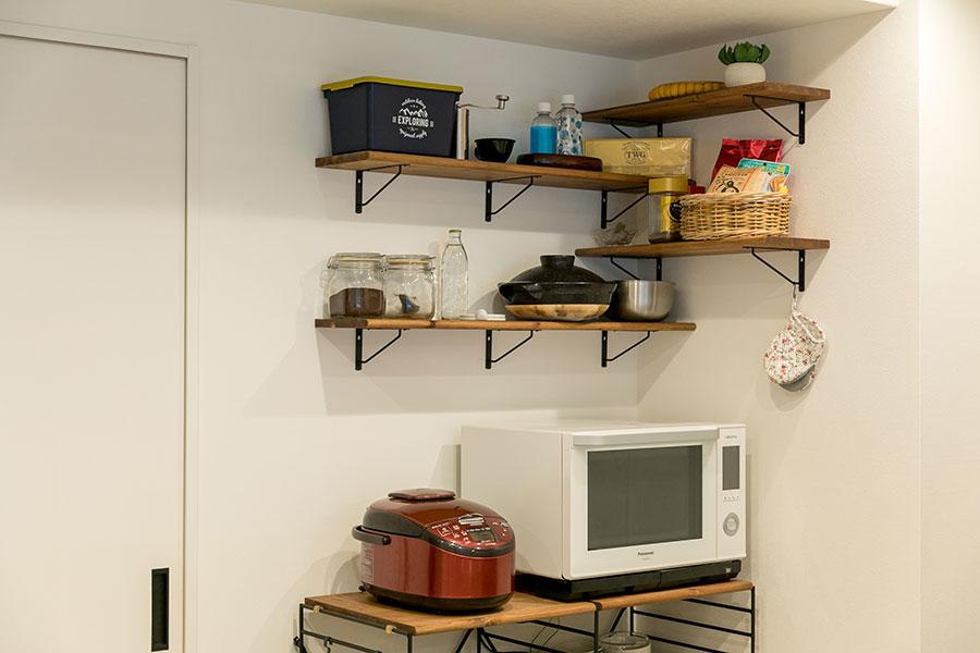 キッチン壁面の棚は、入居後にマサヤさんがDIYで設置したもの。
