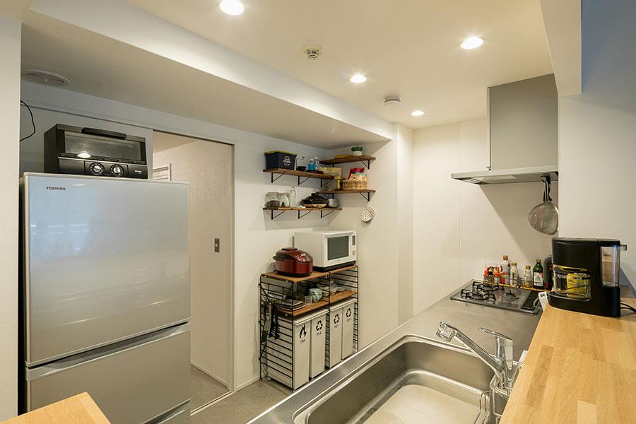 広く使いやすいキッチン。画面中央の開口部は洗面室に続く。