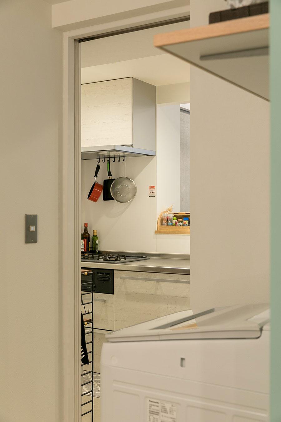 キッチンの背後に位置する洗面室。広くて使いやすい。