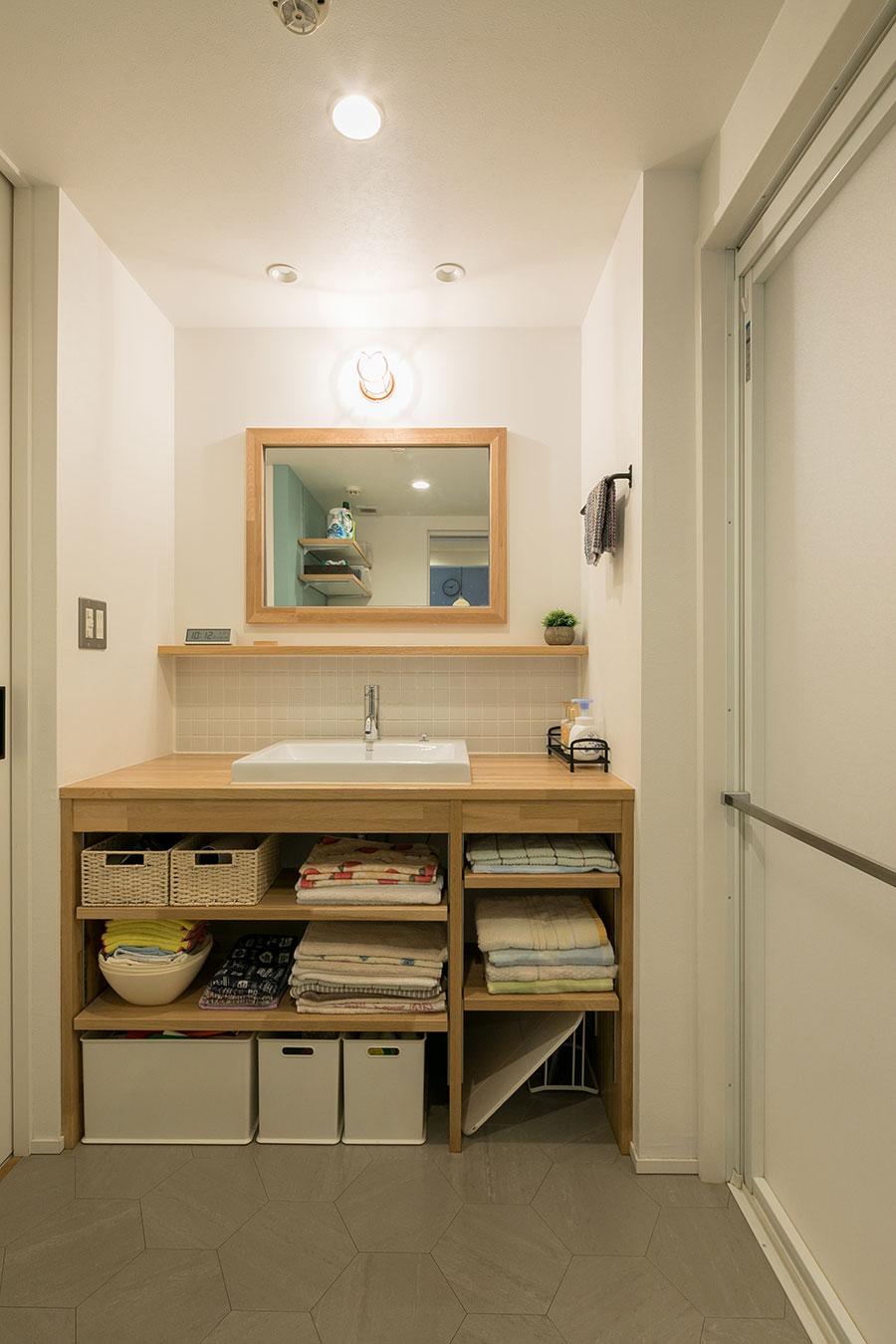 木の質感をいかしてリノベーションした洗面カウンター。
