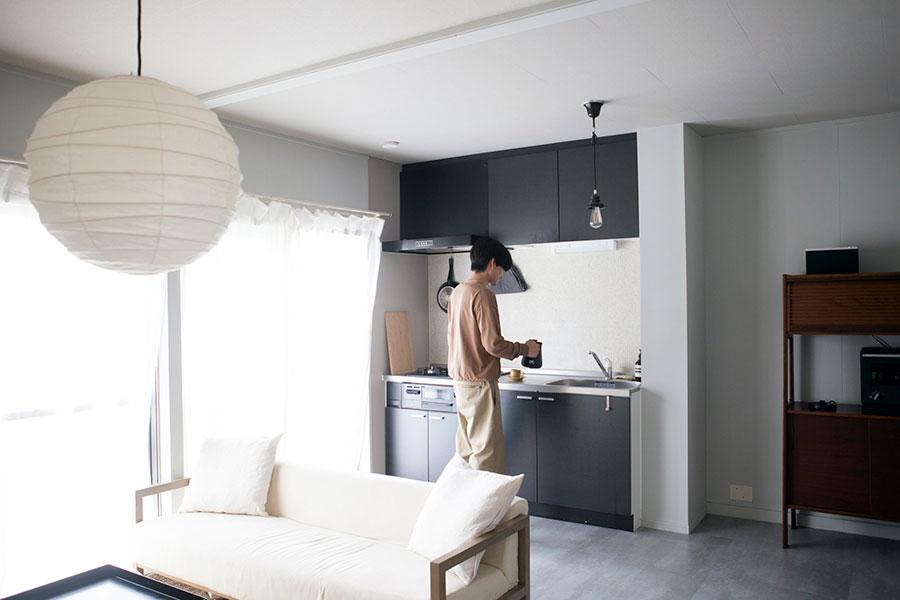 70年代の集合住宅の1室。キッチン、バスルーム、洗面といった水回りは入居時にリフォームされていた。