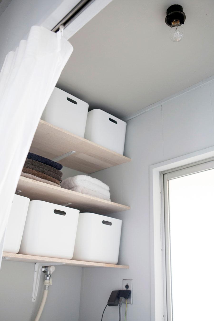 洗面所の棚は、「クラディ」のアドバイスを受け、壁の奥の間柱をめがけて設置。ニトリのボックスのサイズに合わせた。