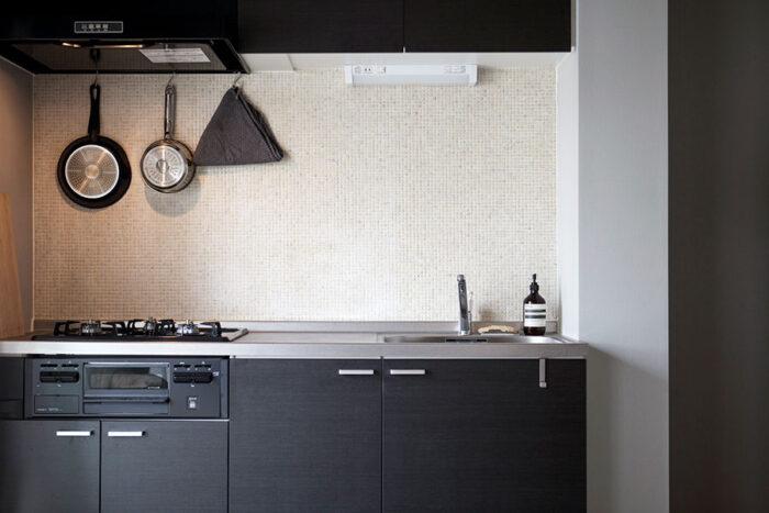 キッチンにはベージュ系のモザイクタイルをセレクト。「本多マンション」では、Decor Interior Tokyoで壁紙、塗料、タイル、クッションフロアなどを選ぶことができる。