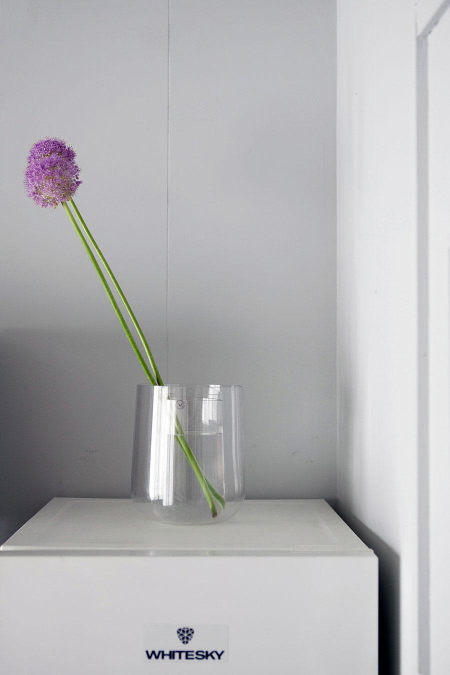 ガラスのフラワーベースに花を2輪。