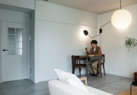 DIYで理想を叶える スタイリッシュな家具に合わせて70年代集合住宅をモダン空間に